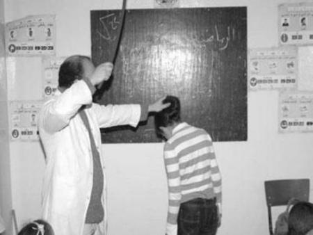 Fessée cruelle des enseignants avec leurs élèves